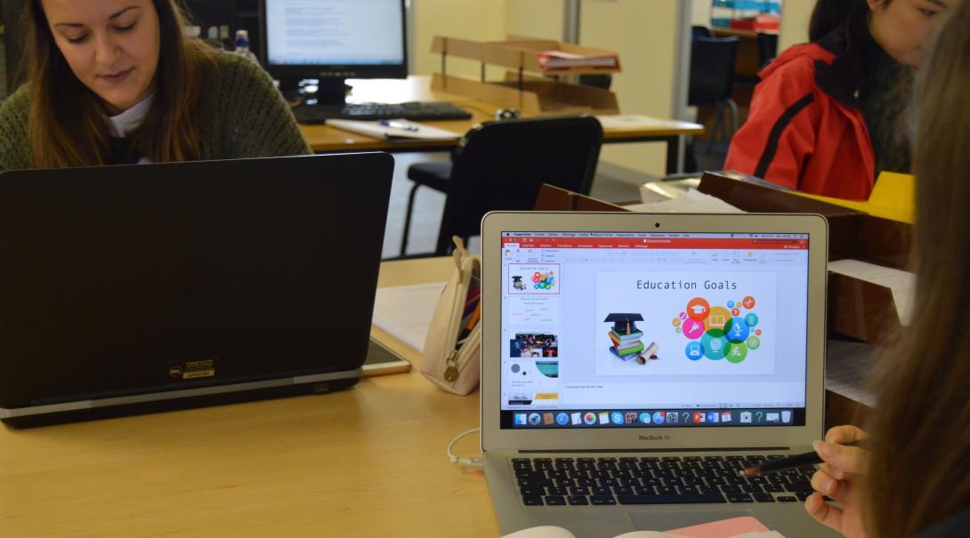 Pasantes preparando material para un taller de concientización sobre derechos humanos.